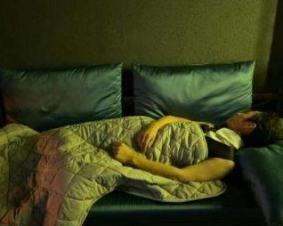 何炅睡三个小时在网上持续发酵  熬夜伤害健康